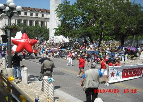 Battle of Flowers Parade 2010, Robin Erichsen in blue shirt in front of red balloon
